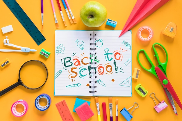 Arranjo com material escolar e caderno aberto Psd grátis