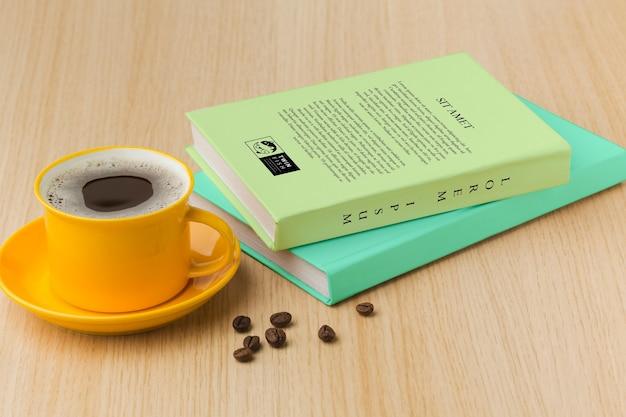 Arranjo de capa de livro sobre fundo de madeira com uma xícara de café Psd grátis