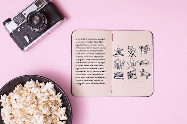 Arranjo de cinema de vista superior em fundo rosa Psd grátis