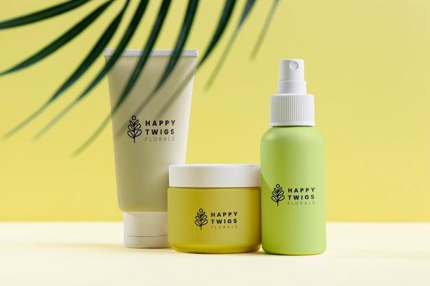 Arranjo de cosméticos naturais com folhas Psd Premium