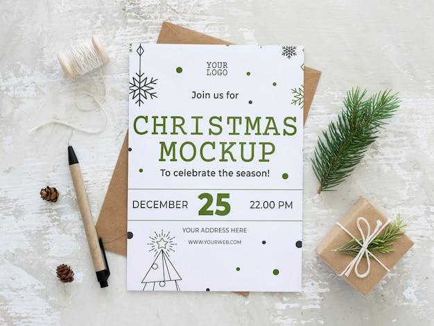 Arranjo de elementos de véspera de natal com maquete de cartão Psd Premium