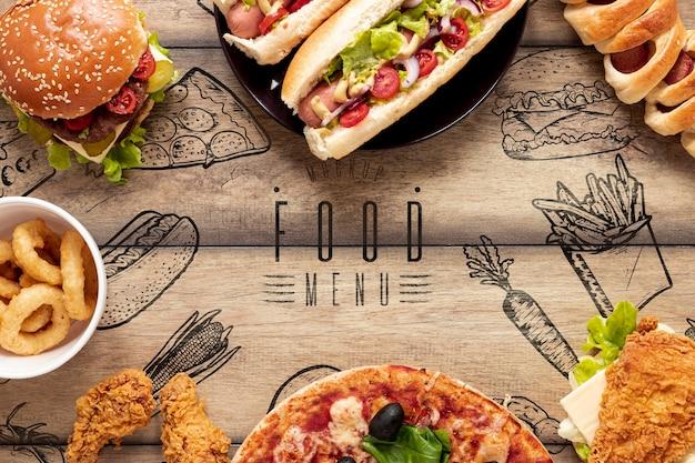 Arranjo de fast food em fundo de madeira Psd grátis