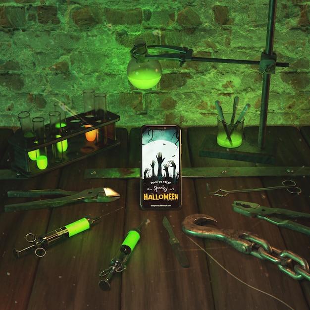 Arranjo de halloween com smartphone na mesa de madeira Psd grátis