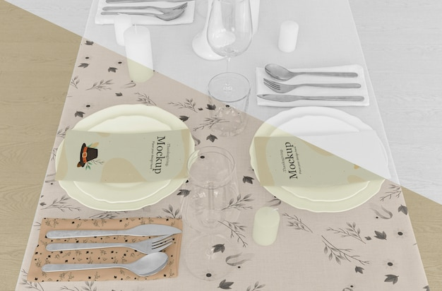 Arranjo de mesa de jantar de ação de graças com talheres e pratos Psd grátis