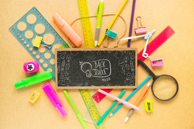 Arranjo de quadro-negro e canetas plana leigos Psd grátis