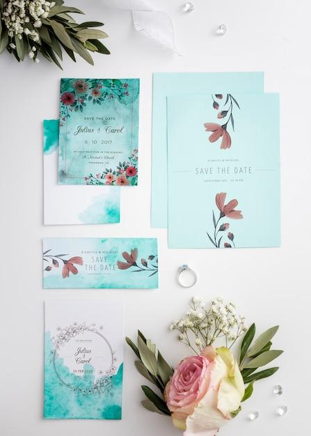 Arranjo liso leigo de elementos de casamento com maquete de convite Psd grátis