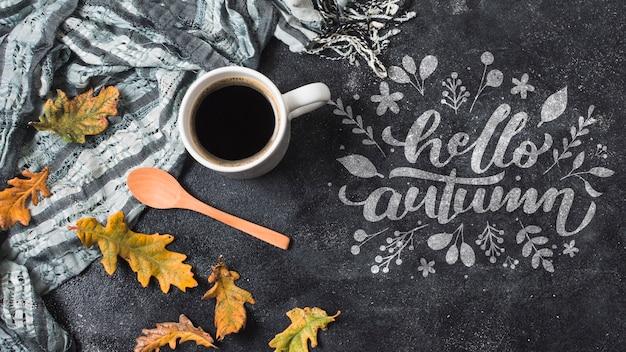Arranjo outonal leigo plano com café e cobertor Psd grátis