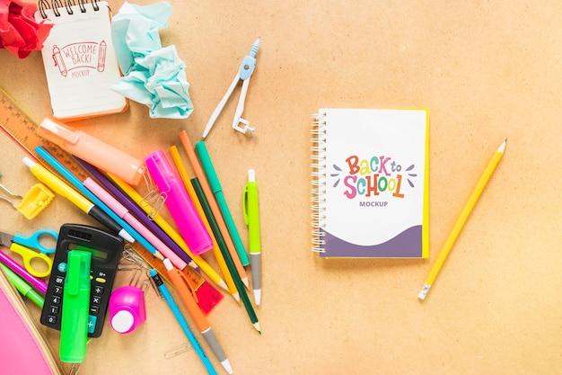 Arranjo plano de caderno e canetas Psd grátis