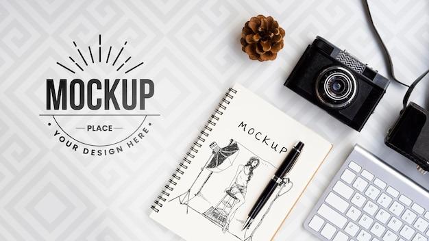 Arranjo plano de câmera e notebook Psd grátis