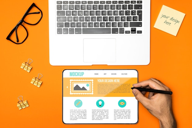 Arranjo plano de laptop e tablet Psd Premium