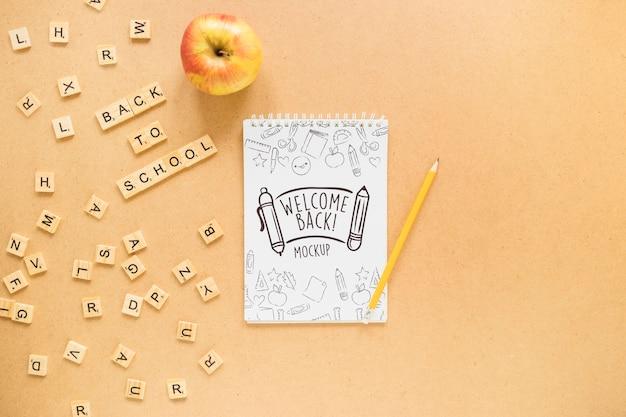 Arranjo plano para notebook e maçã Psd grátis
