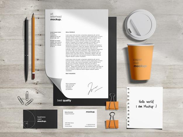 Artigos de papelaria marca modelo de maquete de identidade e criador de cena com papel timbrado, cartões de visita, xícara de café de papel e nota de papel rasgado Psd Premium