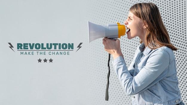 Ativista gritando com megafone Psd grátis