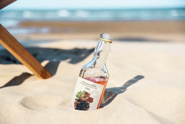 Bebida alcoólica na areia Psd grátis