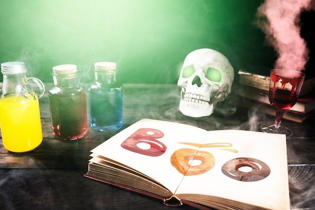 Bebida vermelha venenosa com fumaça e decoração de halloween Psd grátis