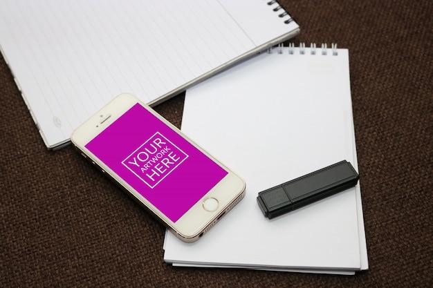 Bloco de notas espiral com smartphone e flash drive psd mockup Psd grátis