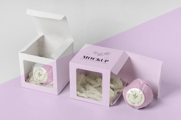 Bomba de banho de alto ângulo em embalagem rosa Psd grátis