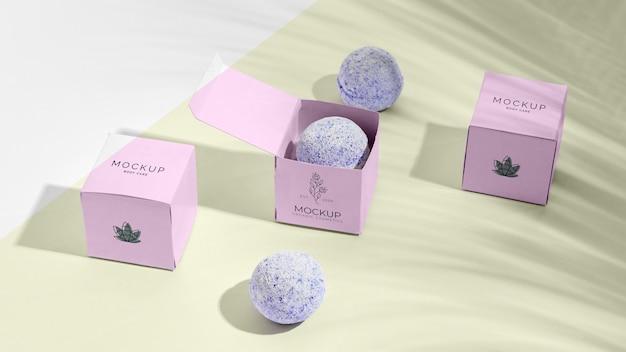 Bombas de banho roxas em caixas rosa Psd grátis