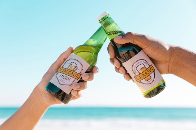 Brindando com duas garrafas de beterraba na praia Psd grátis