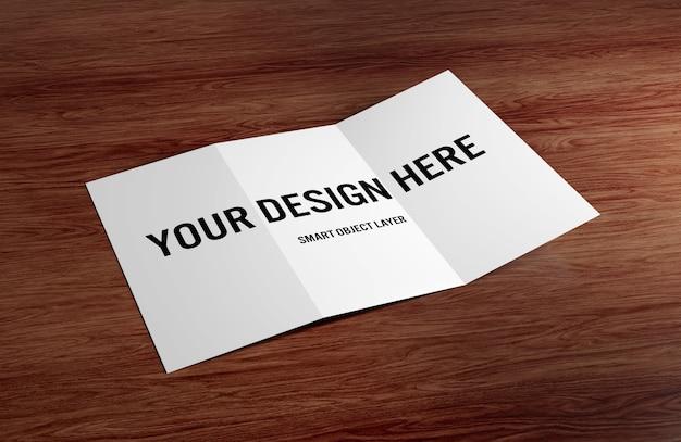 Brochura com três dobras na maquete de mesa de madeira Psd Premium