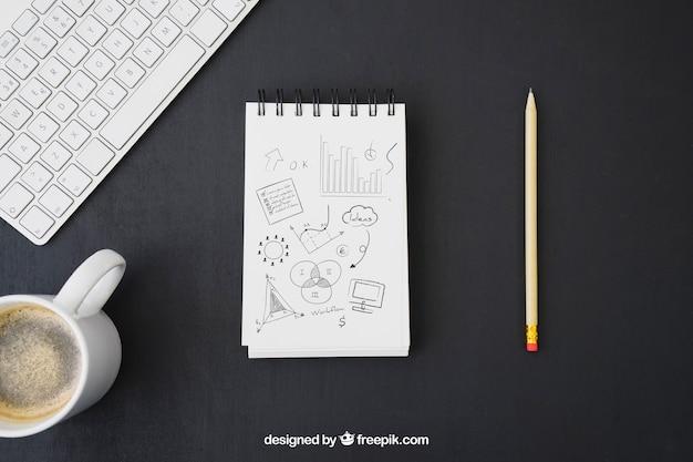 Caderno com desenho a lápis, teclado e caneca de café Psd grátis