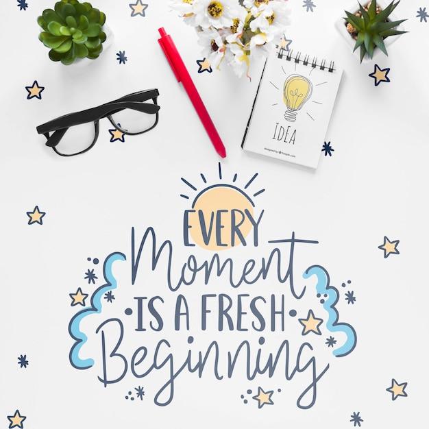 Caderno plantinhas e mensagem motivacional na mesa branca Psd grátis