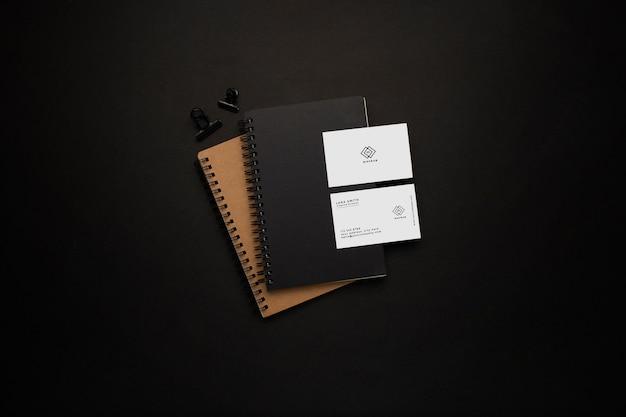 Cadernos e maquete de cartão de visita com elemento preto em fundo preto Psd grátis