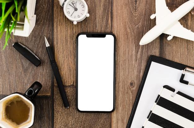 Café plano e mock-up de smartphone na mesa Psd grátis