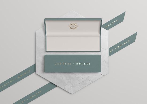 Caixa de jóias aberta com símbolo dourado e inscrição Psd grátis