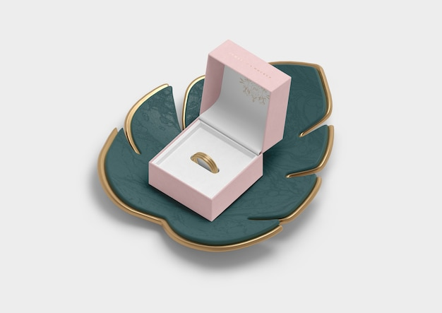 Caixa de joias aberta para anel e folha de monstera Psd grátis