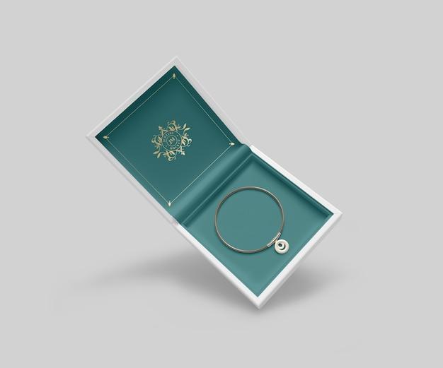 Caixa de joias com pulseira dourada e símbolo Psd grátis