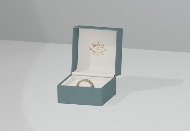 Caixa de jóias verde com anel de casamento de ouro Psd grátis