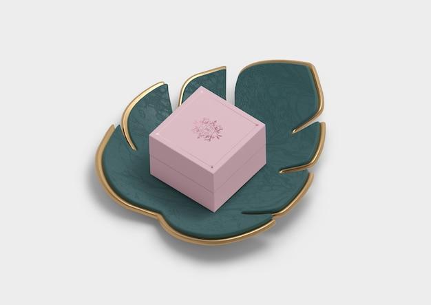 Caixa de presente de embalagem de jóias em uma decoração de folha de monstera Psd grátis