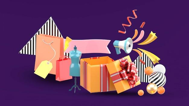 Caixas de presente e sacolas de compras são oferecidas como promoções. Psd Premium