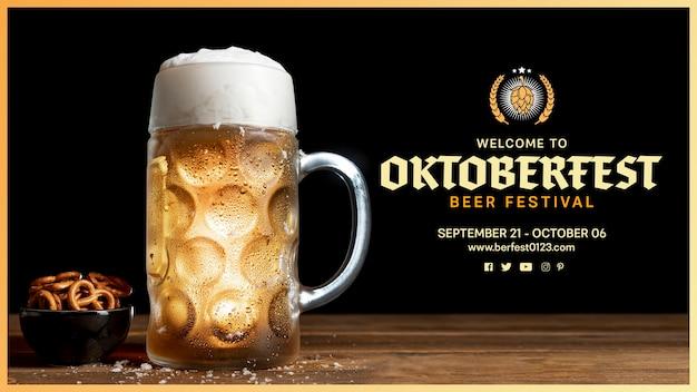 Caneca de cerveja oktoberfest com espuma e pretzels Psd grátis