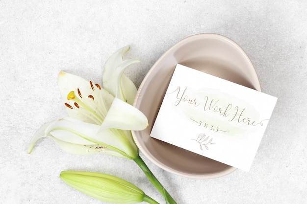 Cartão de casamento de maquete com flores sobre fundo cinza Psd Premium