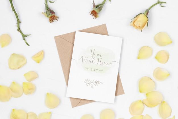 Cartão de convite de maquete com envelope de ofício e pétalas de rosa Psd Premium