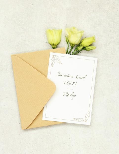 Cartão de convite de maquete com envelope e rosas brancas Psd Premium