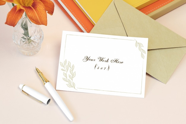 Cartão de convite de maquete com livros e envelope Psd Premium