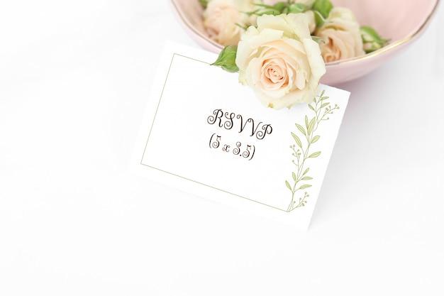 Cartão de convite de maquete com rosas na placa Psd Premium