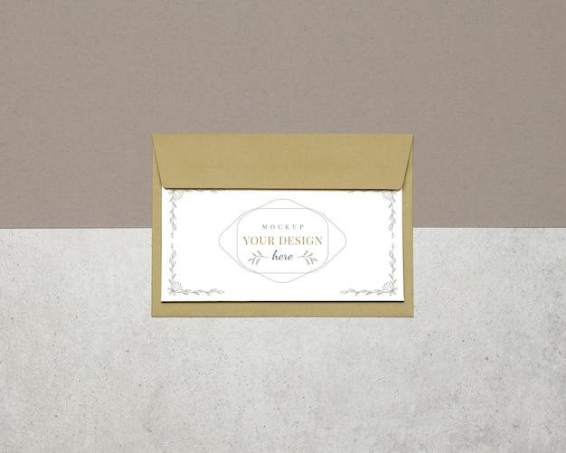 Cartão de convite de maquete, envelope em fundo bege cinza Psd Premium