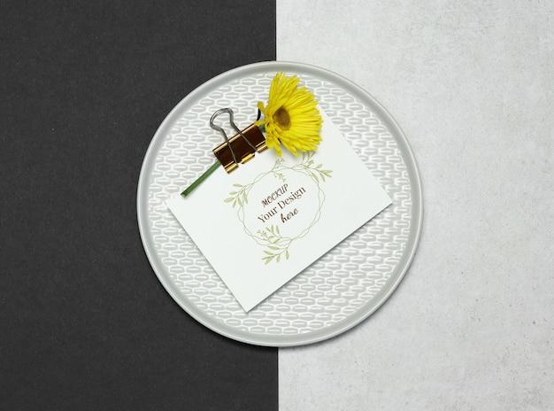 Cartão de convite de maquete na placa cinza Psd Premium