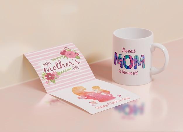 Cartão de dia das mães close-up com caneca Psd grátis