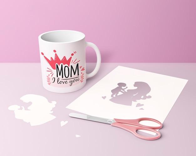 Cartão de dia das mães close-up e caneca com tesoura Psd grátis