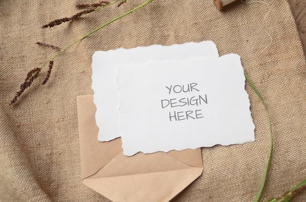 Cartão de maquete cartão ou convite de casamento com bordas irregulares com ervas, carretel vintage em bege Psd Premium