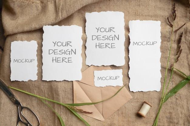 Cartão de maquete cartão ou convite de casamento com bordas irregulares com ervas, carretel vintage em um espaço bege de tecido de estopa Psd Premium