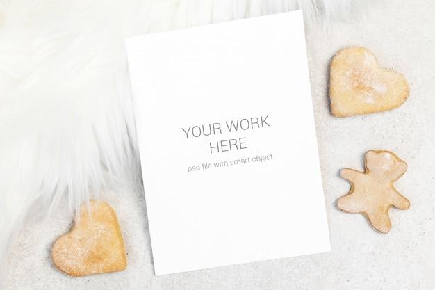 Cartão de maquete com pêlo branco e cookies Psd Premium