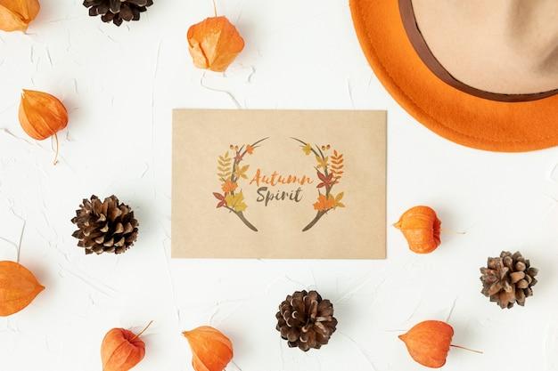 Cartão de outono espírito rodeado de folhas e pinha Psd grátis