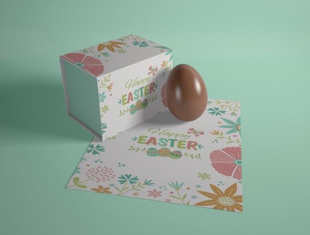 Cartão de páscoa de alto ângulo e ovo de chocolate Psd grátis
