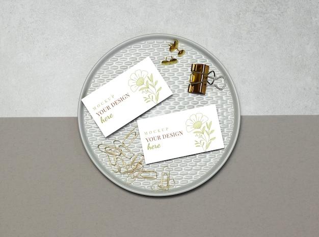Cartão de visita de maquete com pinos de ouro e clipes Psd Premium